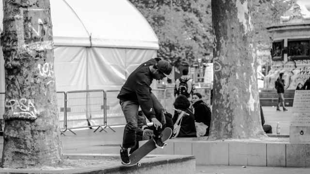 热血少年街头挑战滑板高难度动作
