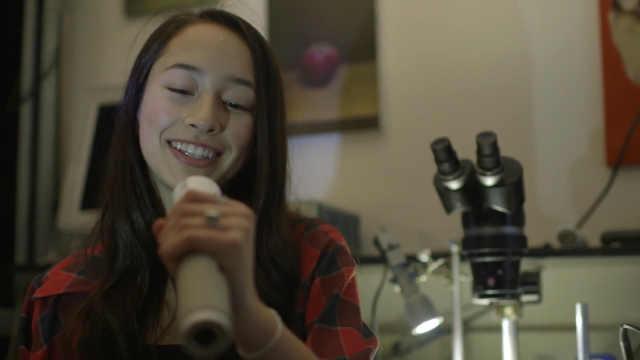 国外16岁美女发明不用电的手电筒