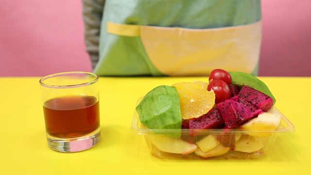 吃水果时放杯这个,轻松赶走小飞虫