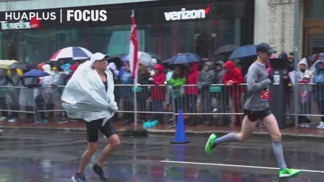 冒雨奔跑,这届波士顿马拉松太刺激