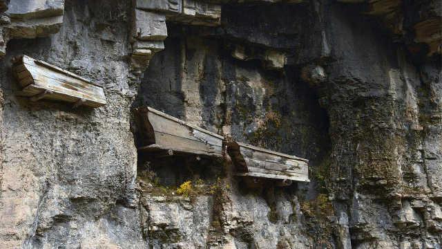 古人怎么把几百斤的棺材钉在悬崖?