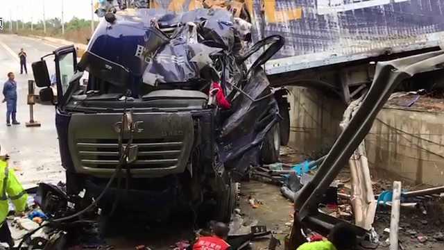 物流货车冲下成绵高速路基,1死1伤