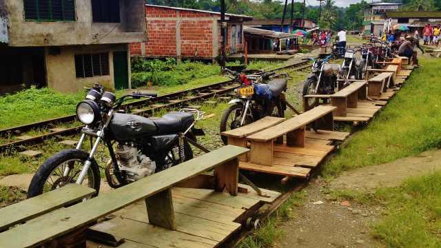世界最牛摩托车,不走公路走铁轨