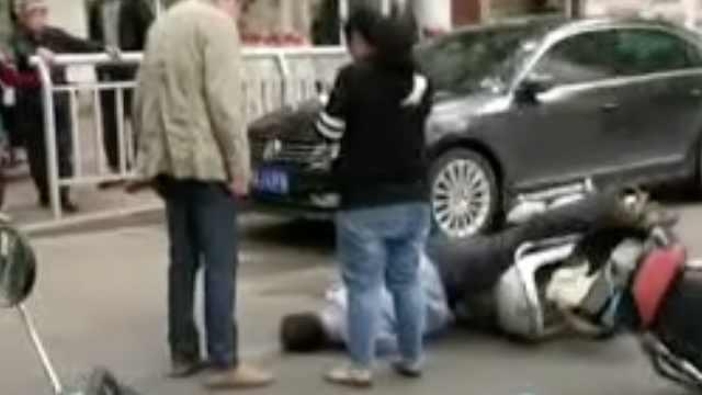 两车相撞老人休克,醒来拒绝就医