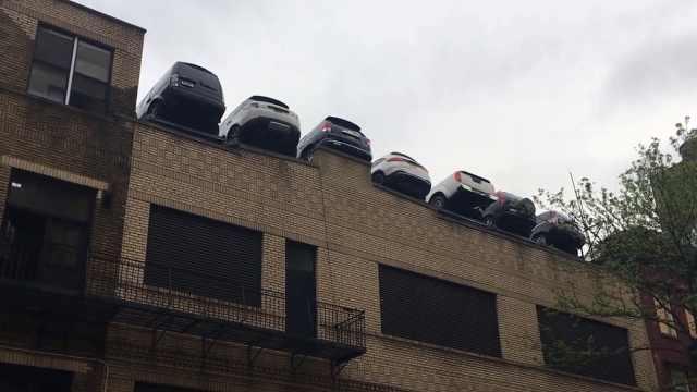 """纽约楼顶无栏停车场,车""""悬""""半空"""