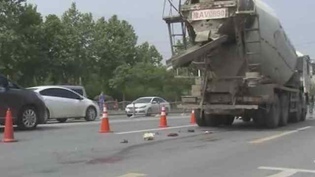 电动车卷入罐车下被拖20米车主身亡