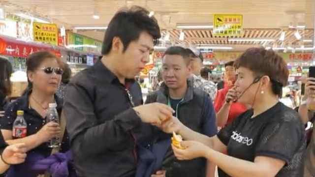 郎朗去买酸菜,超市大妈忙合照