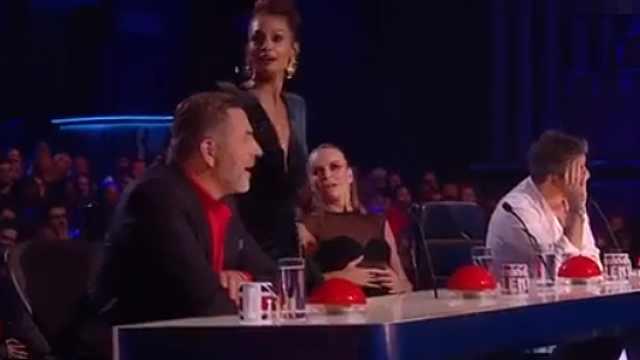 英国选秀直播,观众上台狂按蜂鸣器