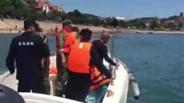 又有游客被困礁石,警民联手救回