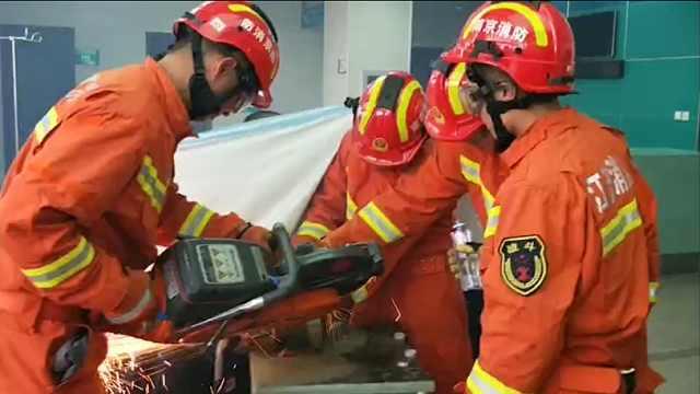 消防员切割扩张加冷却救援被夹手指