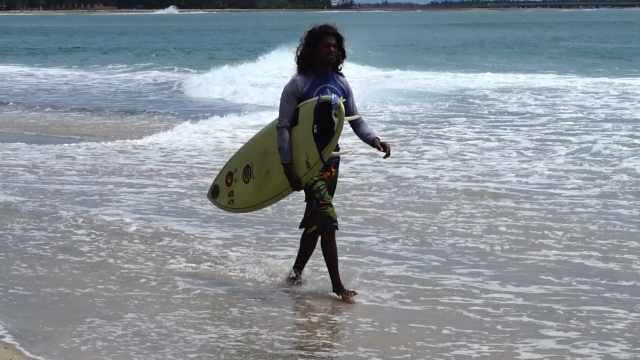 在斯里兰卡冲浪,看孩子哈皮玩水