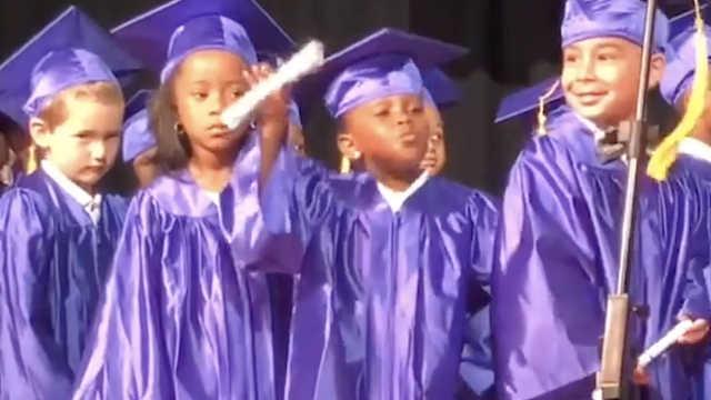 美国小女孩从幼儿园毕业手舞足蹈