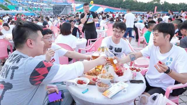 盱眙万人龙虾宴:5万人吃掉45吨虾