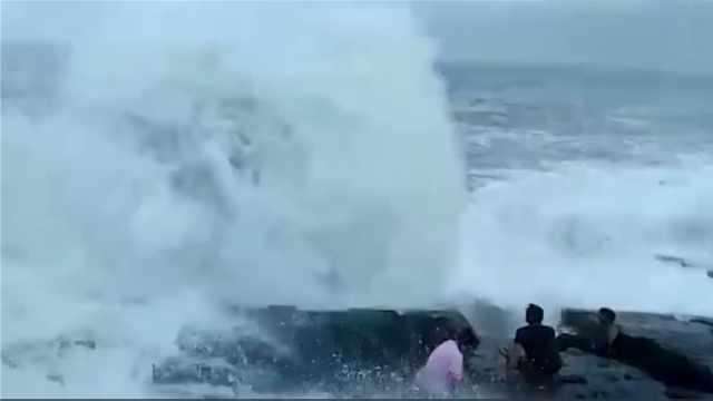 3游客坐海礁上,一浪打来1人被冲走
