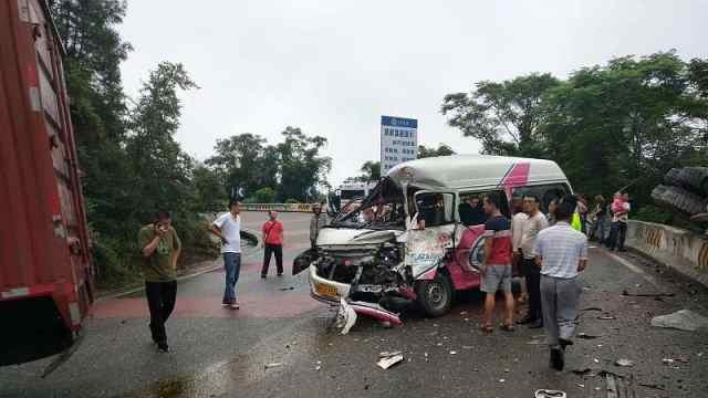 乡村客车与货车相撞,村民合力救人