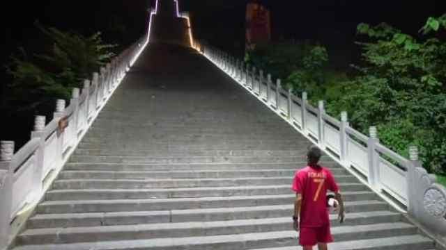 助兴世界杯,花足高手颠球挑战天梯