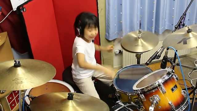 8岁天才鼓手,她一起势我就跪了