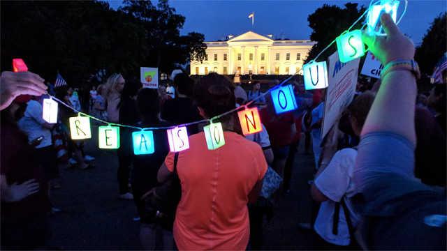美国民众白宫外抗议特朗普:卖国贼