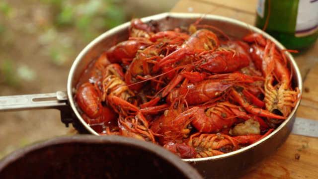 野外篮子抓小龙虾,秘制调料吃得爽