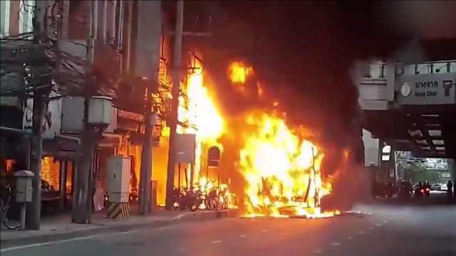 惊险!公交车途中着火,幸无人伤亡
