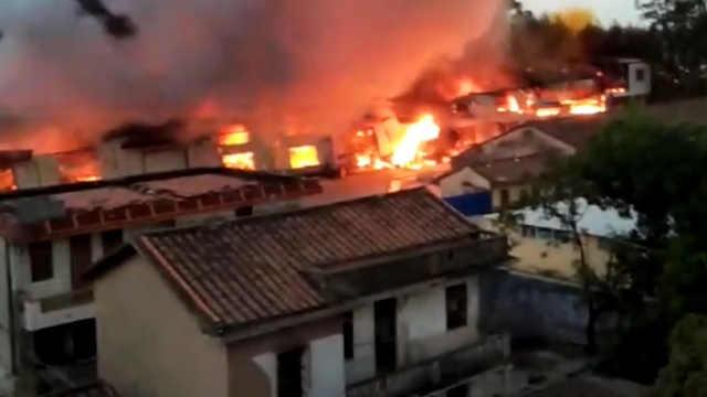 漳州一工厂着火,火光冲天黑烟四起