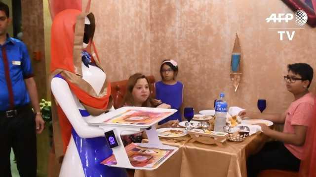 机器人化身服务员,在迪拜餐厅工作