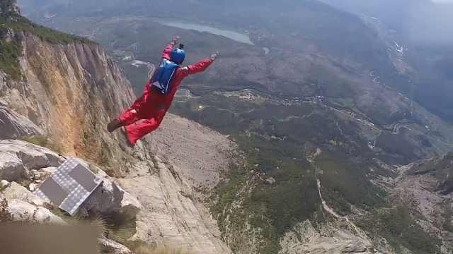 多视角!跳伞小哥跳悬崖快速翱翔