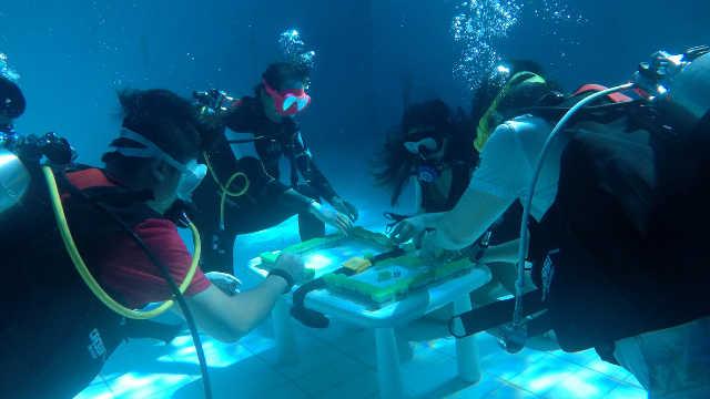 杭州潜水爱好者在水下6米打麻将