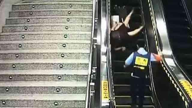 老太乘扶梯摔倒,女辅警4秒扶住
