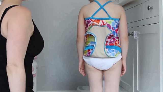宝宝穿着泳衣,也能轻松上厕所了!
