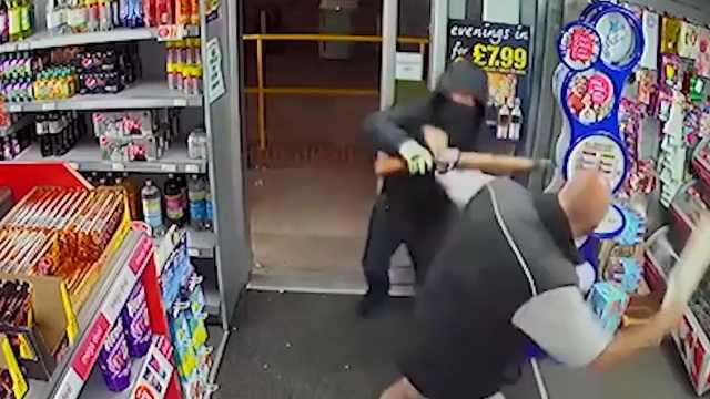 劫匪持槍進店,卻被店員拿雜志打跑