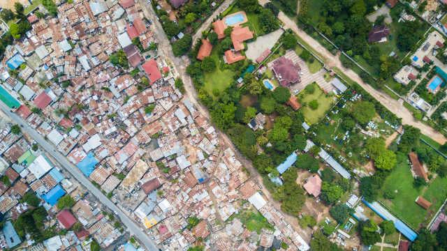无人机拍摄贫民窟和富人区一线之隔