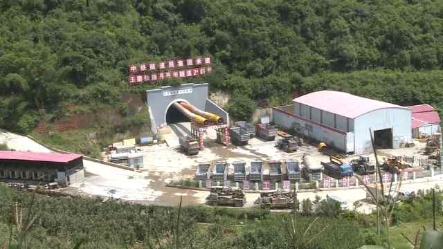 玉磨铁路月牙田隧道进口顺利贯通