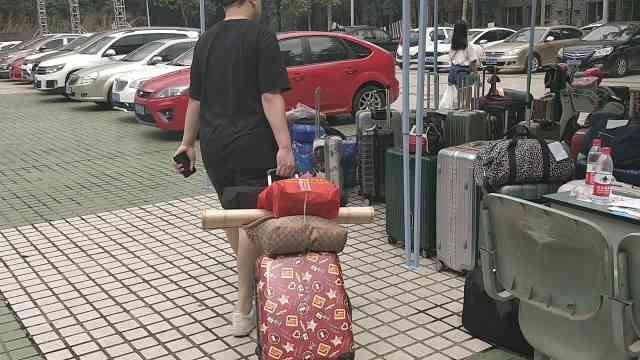 贴心!川影新生报到,学长帮看行李