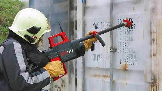外国人发明能打穿墙壁的消防水枪