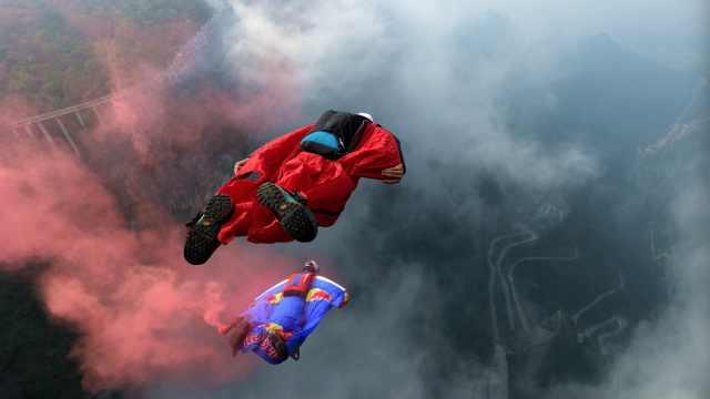 16个翼装飞行运动员先后跳下天门山
