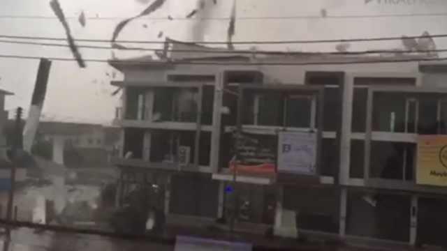 泰国遭遇超强暴风,闹市屋顶被掀翻
