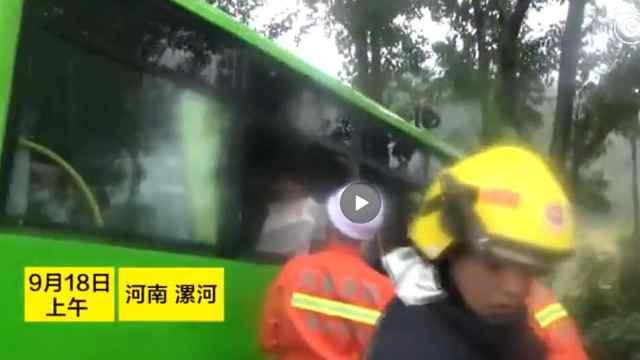 半挂拖车与公交相撞 一人被困车内