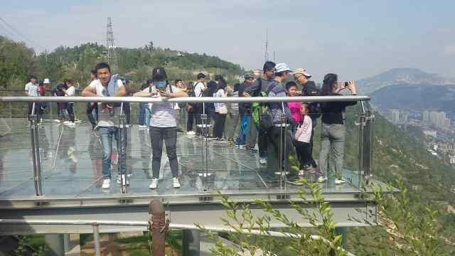 远眺兰州城!玻璃栈桥中秋首迎游客