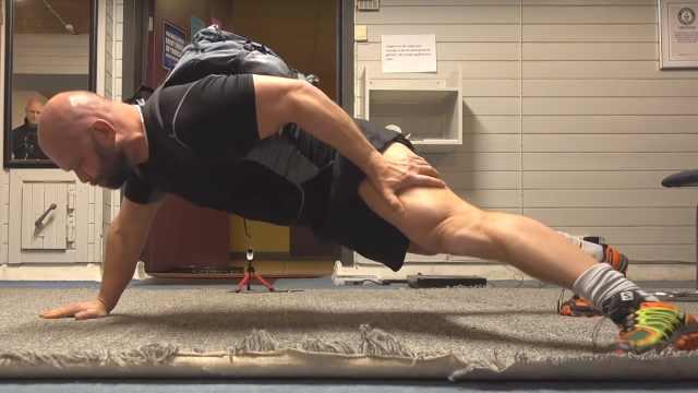 男子负重90斤做俯卧撑,破世界纪录