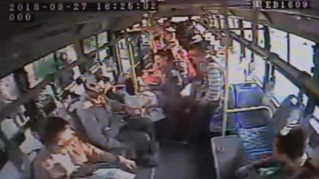 老人公交上晕倒,公交司机淡定急救