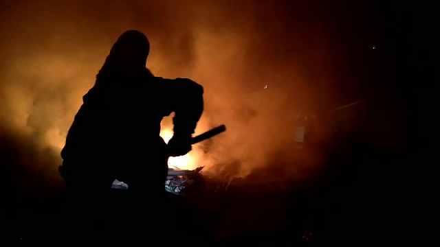 拆迁房楼顶深夜起火,消防紧急扑救