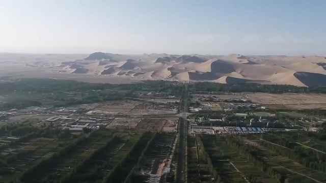 争看大漠风情!200万游客融入月牙泉