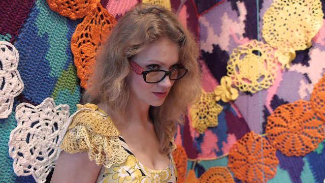 美女为房子织毛衣,织一件就要一年