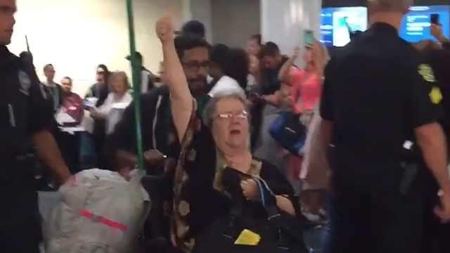 美国女子携带松鼠乘机被赶下飞机