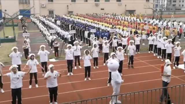 校运会开幕,班主任领学生跳兔子舞