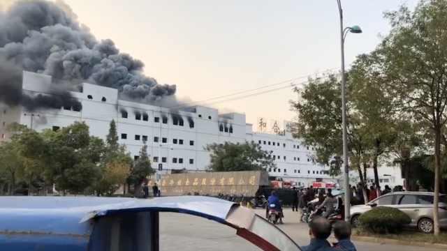 """废弃厂房失火,黑烟漫天如""""末世"""""""