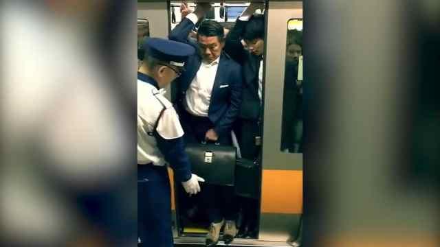 需要智慧!看日本上班族如何挤地铁