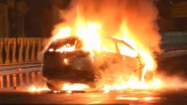 猛犸视频丨轿车与水泥罐车相撞起火
