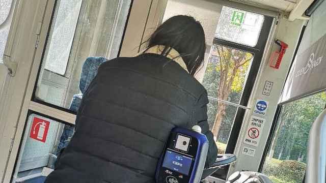 男子抢夺公交车方向盘,被拘留